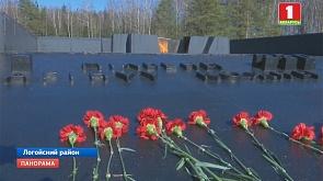 """В мемориальном комплексе """"Хатынь"""" почтили память погибших 76 лет назад У мемарыяльным комплексе """"Хатынь"""" ушанавалі памяць загінуўшых 76 гадоў таму"""