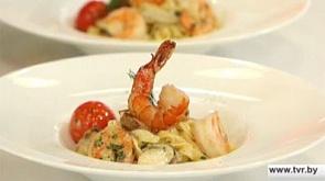 Суп с судаком, белыми грибами, цукини, креветкой и томатами черри и паста домашнего приготовления с хвостами креветок и белыми грибами.