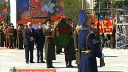 Праздничная церемония возложения цветов и венков к монументу Победы
